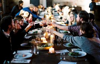 Por qu la cena en grupo es un fracaso gente falsa for Cena facil para amigos